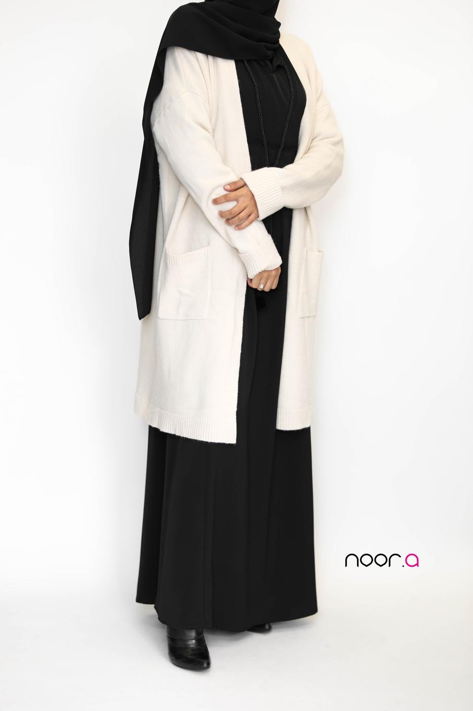 gilet-epais-crème-robe-longue-safa-noire-hijab-soie-de-medine-noir
