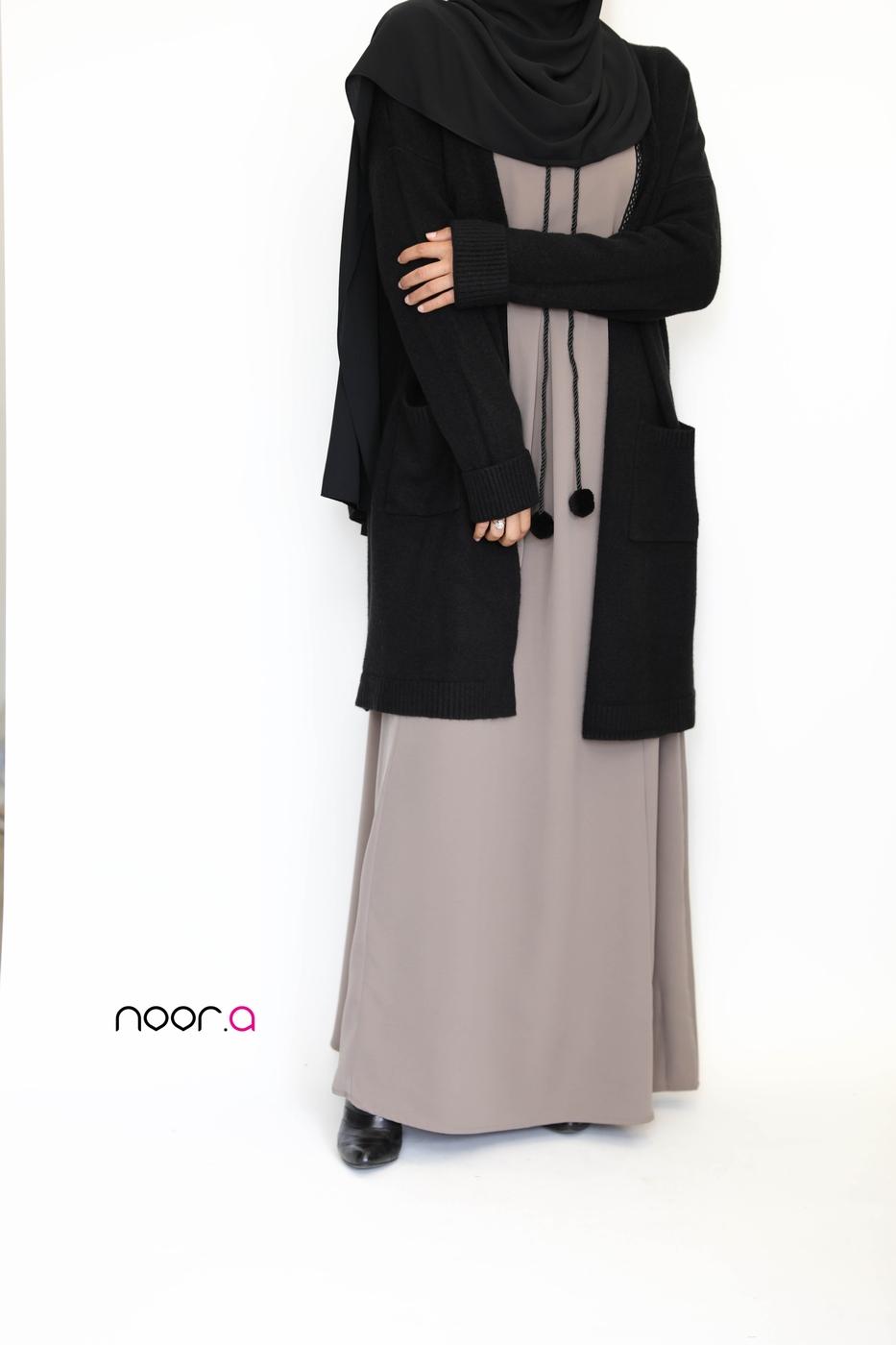 gilet-epais-noir-robe-longue-safa-taupe-hijab-soie-de-medine-noir (4)