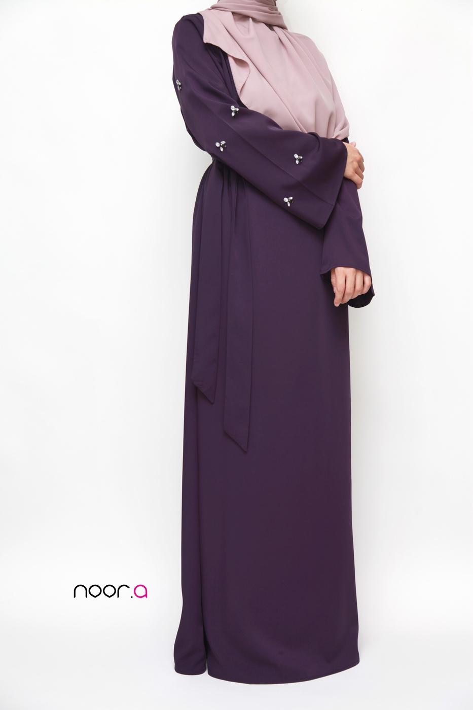 robe-abaya-ambre-creations-noora-aubergine-hijab-soie-de-medine-nude (3)