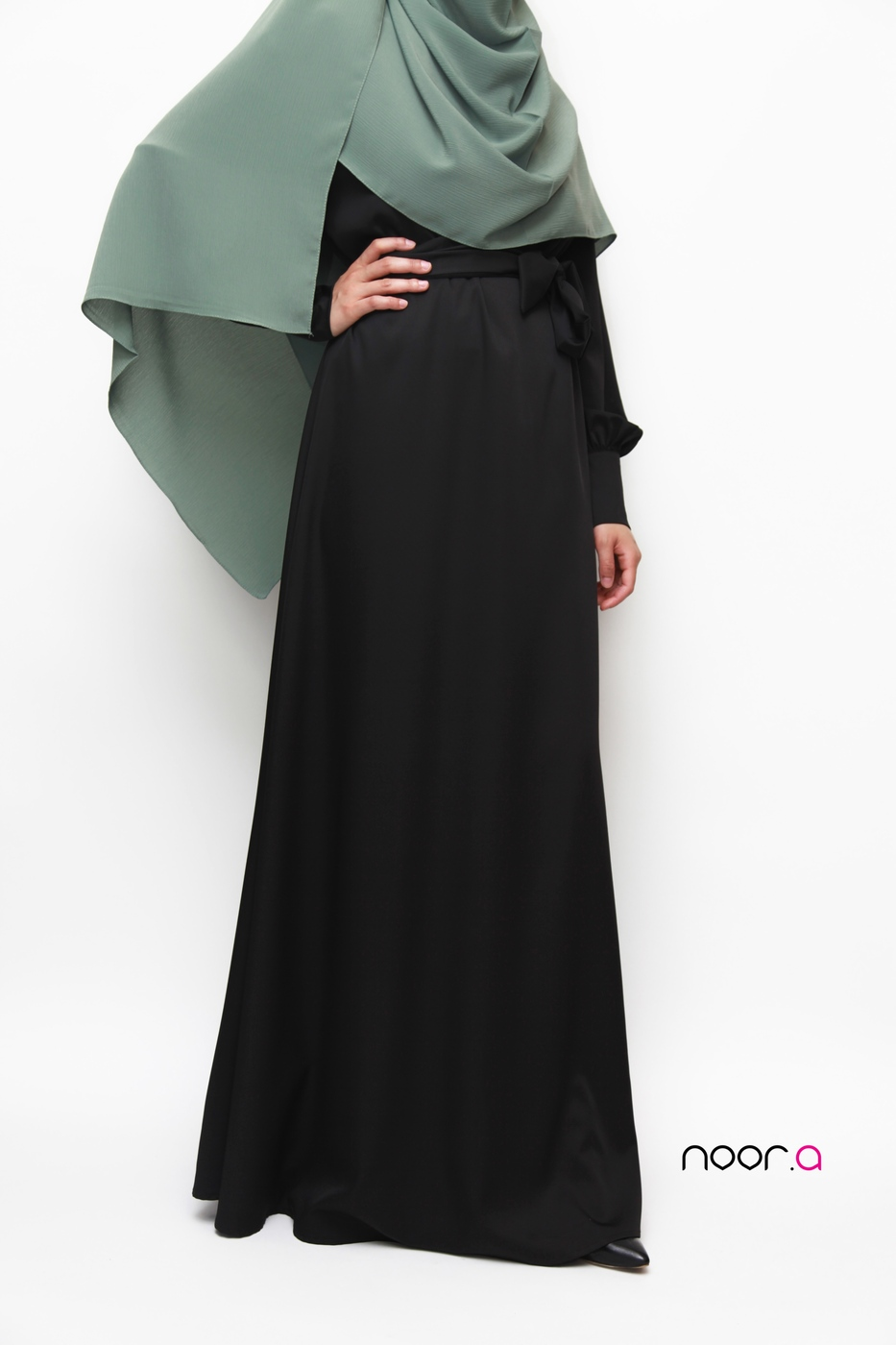 robe-abaya-anika-manches-bouffantes-creations-noora-noire-hijab-soie-de-medine-plissé-vert (6)